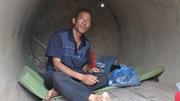 Gặp lại người cha sống trong ống cống nuôi 2 con thủ khoa