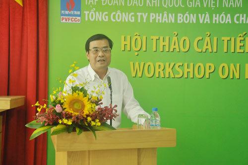 Nông dân Việt dùng smartphone chăm cây lúa trên ruộng