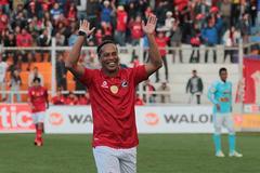 """Ronaldinho """"lườm rau gắp thịt"""", dọn cỗ cho đồng đội ghi bàn"""