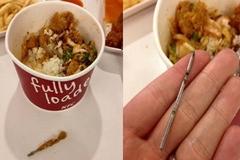 Khách hàng 'chết đứng' vì 'vật lạ' trong miếng gà KFC