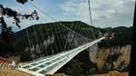 Du khách rón rén từng bước trên cầu kính cao nhất thế giới