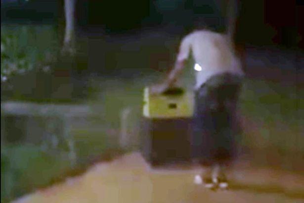 Giải cứu cô gái khoả thân bị nhét trong vali
