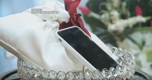 Chàng trai quyết định cưới smartphone về làm vợ