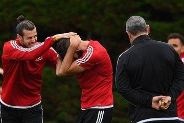 """Gareth Bale bẻ cổ, đòi """"tẩn"""" đồng đội trên sân tập"""