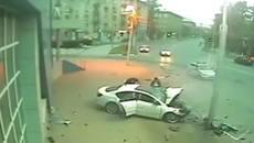 Lấy xe bố đi chơi, con gái 16 tuổi đâm vỡ đầu xe Volkswagen Passat