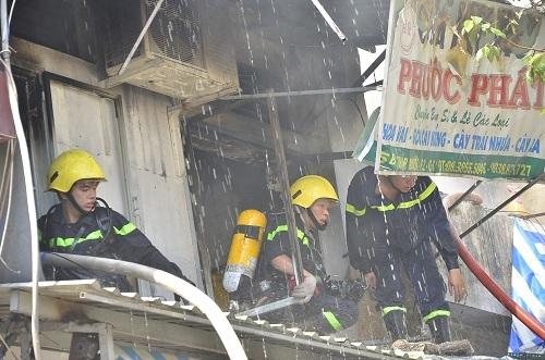Cháy ki ốt chợ Bình Tây, chục tiểu thương ôm hàng tháo chạy