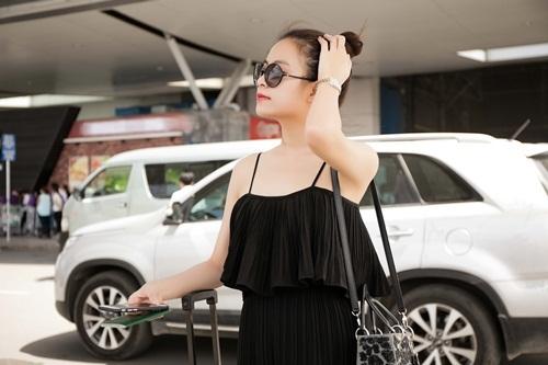 Hoàng Thùy Linh diện váy hai dây trễ nãi ra sân bay