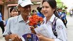 Ông cụ tặng hoa cháu gái ở cổng trường đại học