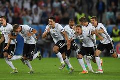 """Hạ Italia bằng """"đấu súng"""", Đức mơ về chức vô địch"""