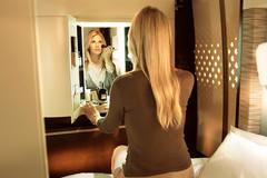 Tiếp viên, phòng tắm và giường nằm trong khoang VIP thương gia