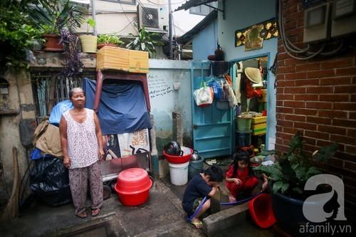 Khó tin 20 người suốt 60 năm chen chúc trong ngôi nhà 15m2 ở khu 'đất vàng' quận 1 Sài Gòn