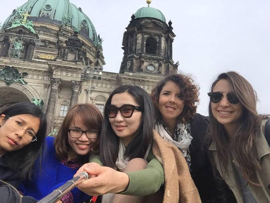 Hoài An thích học ngoại ngữ và đi du lịch. Hình ảnh em đi chơi cùng bạn bè ở Đức. Ảnh: NVCC