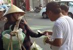 Du khách Trung Quốc giật nón, đùa cợt chị bán chuối