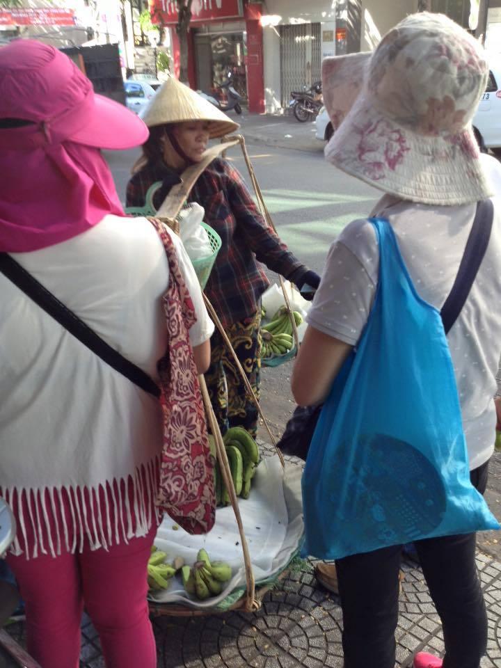 Khách Trung Quốc đối xử thô bạo với người hàng rong gây phẫn nộ