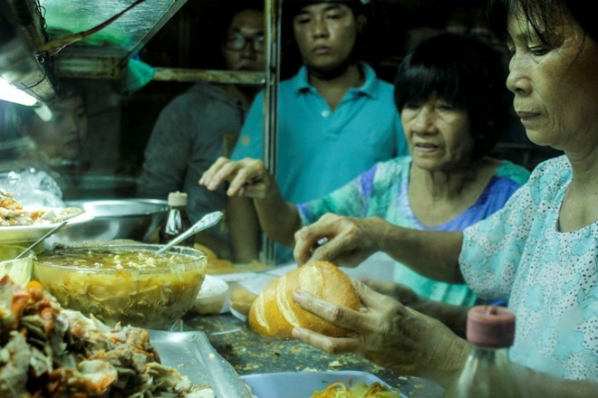 Quán bánh mì không tên, xếp hàng mới mua được ở Vũng Tàu