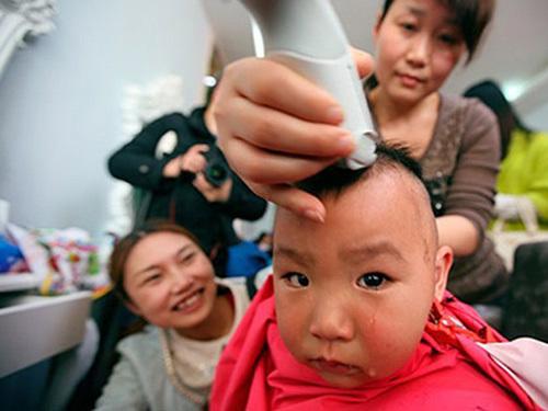 Sai lầm từ thói quen cạo trọc đầu trẻ sơ sinh mùa hè cho mát