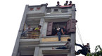 Cảnh sát đu dây cứu thanh niên vật vã trên cửa sổ tầng 5