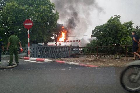 Cháy xe bồn gần cây xăng Đền Lừ