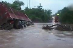 Xem xe tải khổng lồ bị lũ nhấn chìm trong vài giây