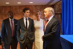 Ai thầm lặng 'gỡ rối' cho Donald Trump?
