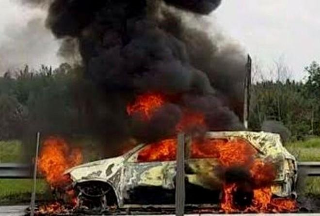 Xe 7 chỗ cháy dữ dội trên cao tốc