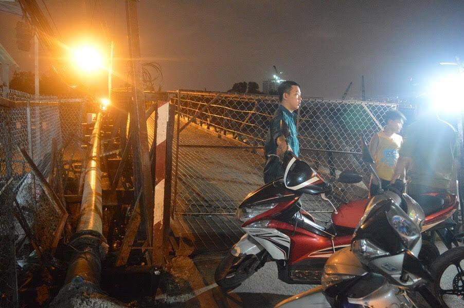 Xà lan đâm cầu huyết mạch ở Nam Sài Gòn