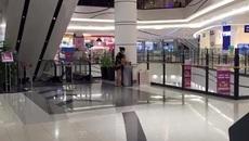 """Mẹ trẻ bị chỉ trích nặng nề vì thản nhiên lột quần, """"xi"""" con vào thùng rác ở sân bay"""