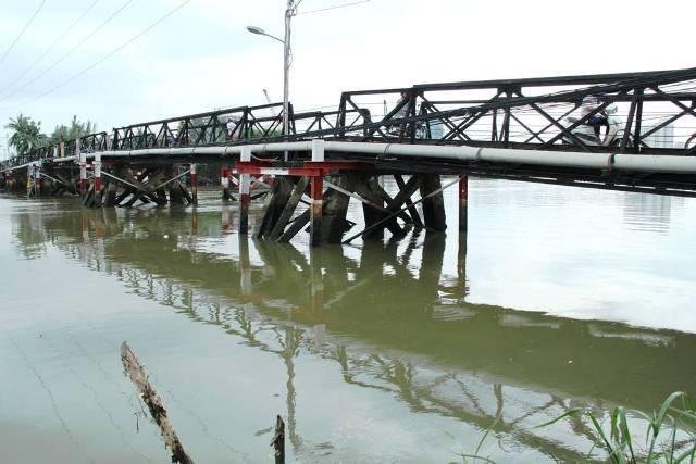 Hơn 2.000 hộ dân khát nước sạch sau sự cố xà lan đâm cầu