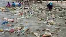 Rùng mình trẻ con tắm trên bãi biển ngập rác