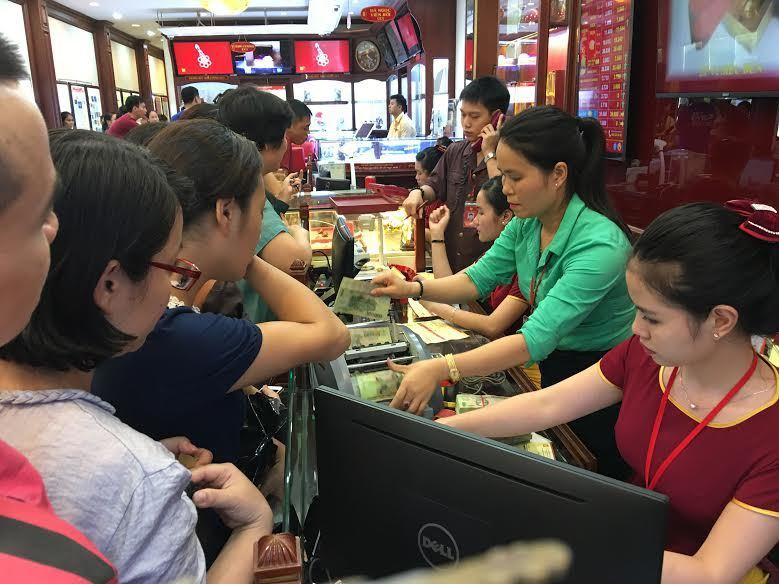 Vàng vượt 40 triệu/lượng: Dân chen nhau đi mua