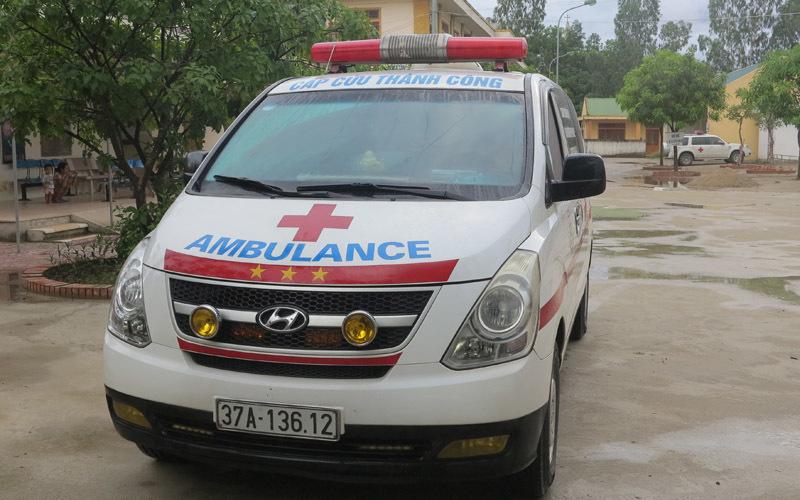 bệnh viện nhi trung ương, xe cấp cứu, xe cứu thương, bảo vệ chặn xe cứu thương