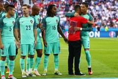 Fan cuồng lao vào sân xin chụp ảnh selfie với Ronaldo