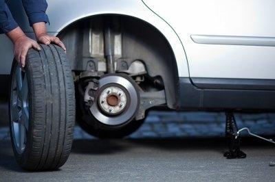 Tìm hiểu nguyên nhân và cách xử lý xe ô tô bị nổ lốp