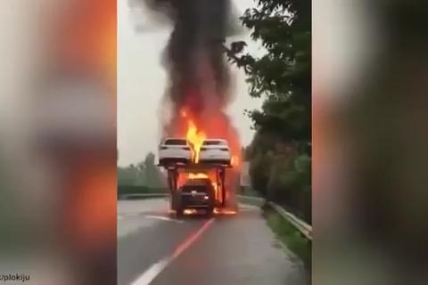 Hàng loạt ô tô chìm trong biển lửa