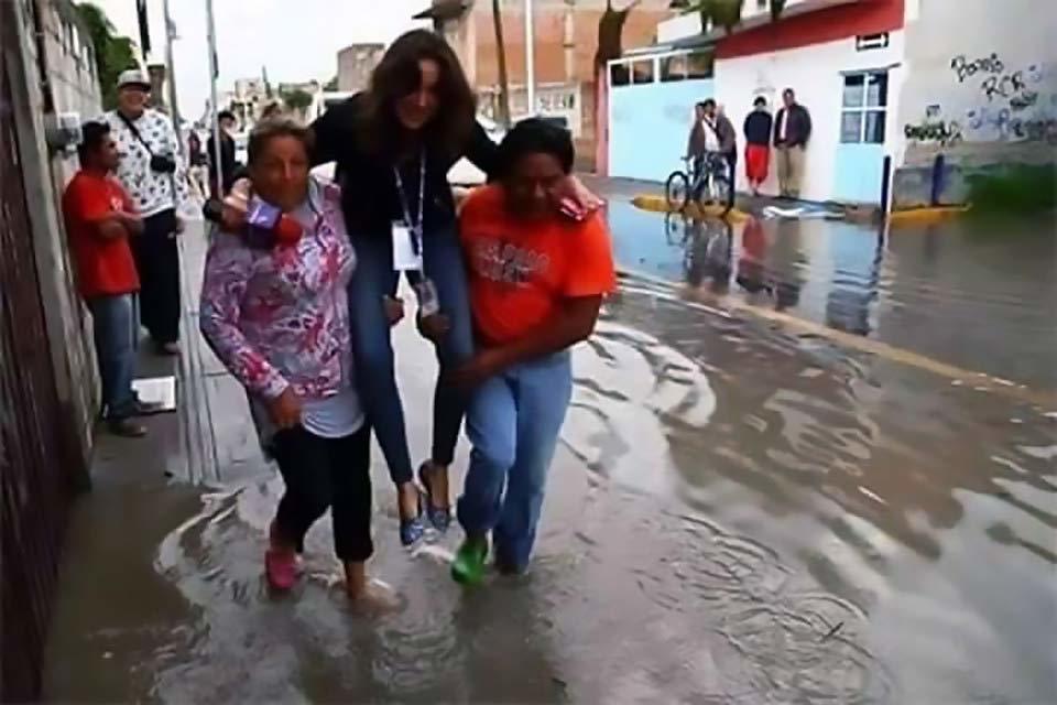Sợ ướt giày, nữ nhà báo xinh đẹp bị sa thải