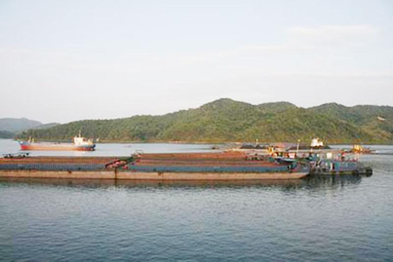 Sà lan nghìn tấn đâm thuyền mủng, hất văng chết 1 người