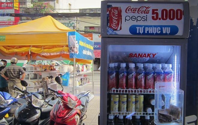 quán vỉa hè, Sài Gòn, giải khát, vỉa hè, bán hàng tự động, khách hàng, đông khách, nước đóng chai