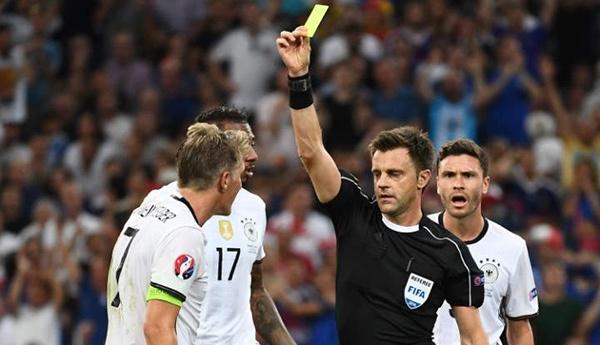 Trọng tài Rizzoli có nhiều quyết định gây ức chế cho Đức