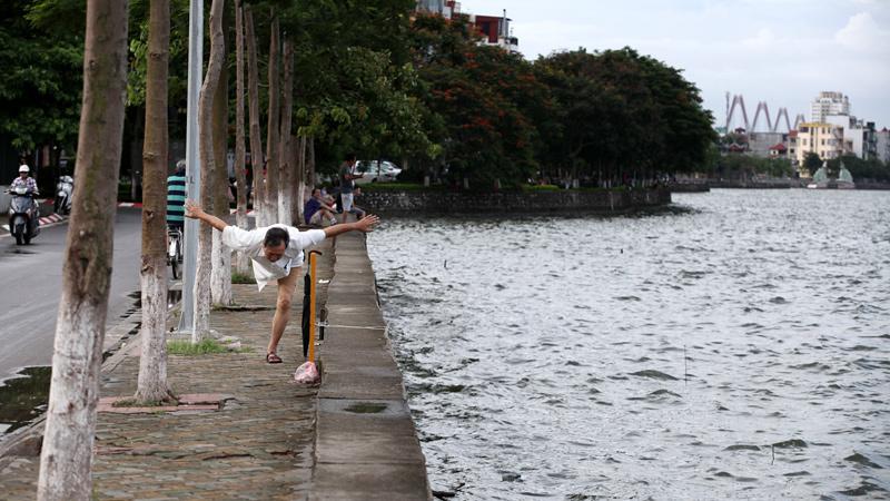 Người Hà Nội 'luyện sức' ven Hồ Tây