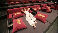 Phát sốt với rạp chiếu giường nằm sang chảnh giá trên trời