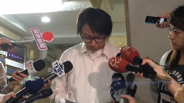 MC khóc lóc sau khi bị cáo buộc cưỡng hiếp 60 phụ nữ