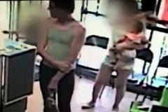 Bắt cóc trẻ em trắng trợn trong cửa hàng điện thoại