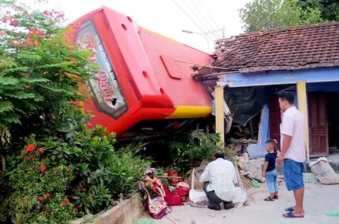 Tài xế xe khách tông sập nhà dân nhiều lần buồn ngủ