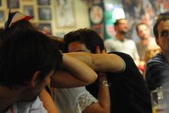 Hụt cúp EURO, CĐV Pháp ôm nhau khóc như mưa tại Hà Nội