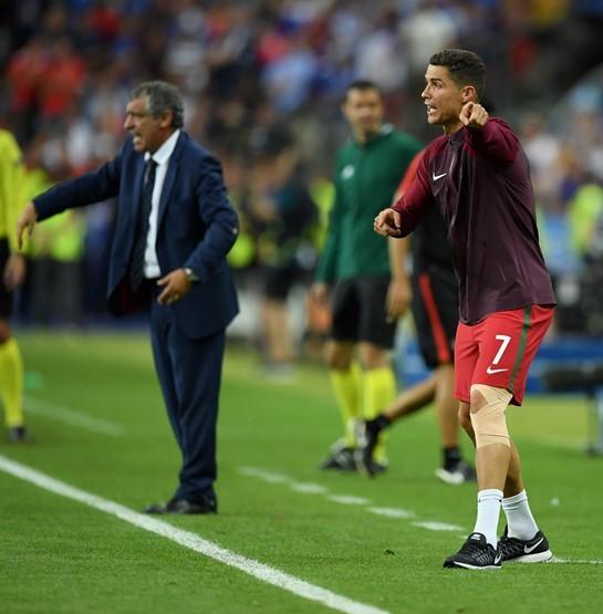 """Rời sân sớm, Ronaldo """"chiếm"""" quyền chỉ đạo của HLV"""