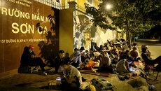 Phụ huynh Sài Gòn ngủ vỉa hè chờ nộp hồ sơ xin học cho con