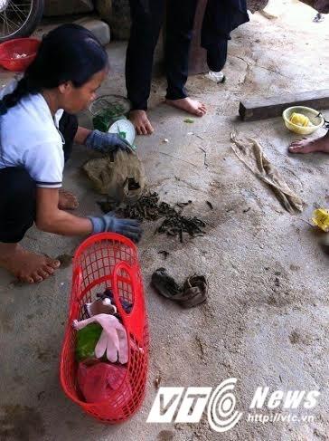 Thương lái Trung Quốc len lỏi vùng giáp biên dụ dân bán đỉa