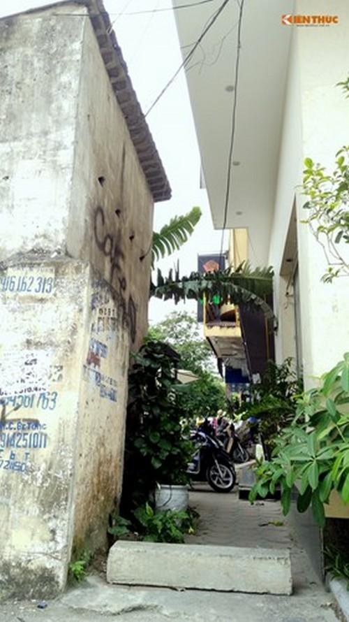 Ngôi nhà dị thường sừng sững giữa vỉa hè Hà Nội