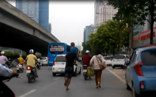 Bắt xe khách trên phố Hà Nội