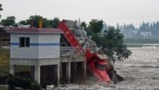 Lái xe chở đầy đá lao xuống sông cứu đê vỡ